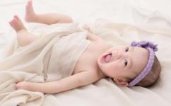 为什么一个月大的宝宝睡觉爱踢被子?可以用睡袋吗?