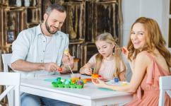 幼儿园有趣的室内亲子游戏 万圣节亲子游戏可以这么玩